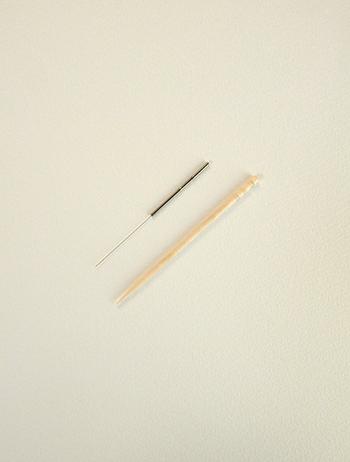 源保堂鍼灸院が使用しているはりと爪楊枝との比較 (C)表参道・青山・原宿・渋谷エリアにある源保堂鍼灸院Acupuncture Clinic in Tokyo